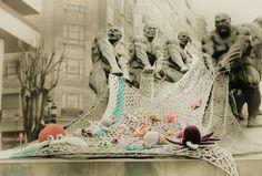 Las chicas de crocheteando en Vigo colocaron una red llena de amigurumis marinos en el marco de una protesta contra el maltrato animal