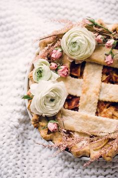The prettiest apple pie: http://www.stylemepretty.com/living/2014/11/19/a-cozy-creative-apple-pie-workshop-a-recipe/ | Photography: Sally Mae - http://www.sallymaephoto.com/