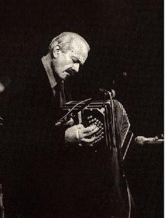 """Astor Piazzolla nació el 11 de marzo de 1921 en Mar del Plata, Argentina. Fue un virtuoso bandoneonista , pianista, director, compositor y arreglador, y uno de los músicos de tango más importantes del siglo XX, además de un gran innovador del género.  Revolucionó el tango tradicional en un nuevo estilo llamado """"nuevo tango"""", incorporando elementos de jazz y música clásica."""