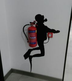 Stage a fire extinguisher - extinguisher # scene - - Lustig - Art Cool Pictures, Cool Photos, Funny Pictures, Facebook Humor, Mind Tricks, Fire Extinguisher, Land Art, Belle Photo, Urban Art