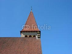 Rotbraunes Ziegeldach der evangelischen Kirche in Helpup bei Oerlinghausen im Kreis Lippe am Teutoburger Wald