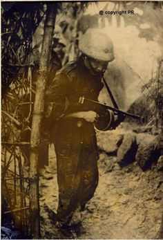 Commando Vanderberghe, first Indochina war, notice the Thompson SMG with 50 rounds drum Vietnam History, Vietnam War, Marine Commandos, First Indochina War, Belle France, French History, Black Tigers, French Army, Law Enforcement
