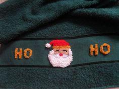 Linda toalha de rosto bordada em ponto russo com motvos natalinos...