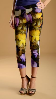 Floral pattern capri trousers featuring two front large welt pockets and two small back welt pockets, ankle slits, concealed side zip fastening , 65% acetate and 35% viscose.
