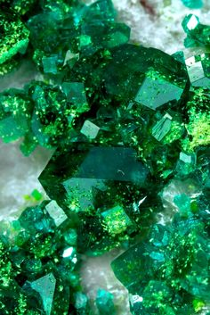 Always From Micro To Macro Cosmos ! Dark Green Aesthetic, Crystal Aesthetic, Look Wallpaper, Green Wallpaper, Slytherin Aesthetic, Minerals And Gemstones, Shades Of Green, Aesthetic Pictures, Stones And Crystals