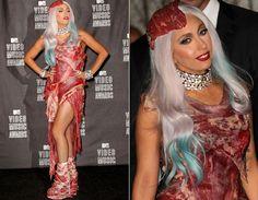O look de Lady Gaga usado no MTV VMA 2010 foi um dos mais polêmicos de todos os tempos! Não só o vestido era feito de carne, mas também os sapatos e o acessório de cabeça!  Os looks mais polêmicos das famosas! - Moda - CAPRICHO
