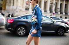 PFW - FW14/15: Bermudas de denim, una suavísima blusa de seda a tono y un bolso de Chanel con ademanes pictóricos: esos son los elementos de un look perfecto y Sofía Sánchez Barrenechea lo sabe y lo aplica en Paris Fashion Week.