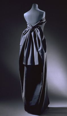 Evening dress Cristóbal Balenciaga Poult Museum no. Balenciaga changed the form of dresses and other clothing to be more flowing and organic, making his work easily recognizable. Fashion Moda, 1960s Fashion, Fashion Art, Vintage Fashion, Edwardian Fashion, Emo Fashion, Vintage Style, Vintage Gowns, Vintage Outfits