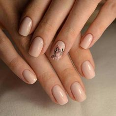 Рисунок на одном пальце и покрытие нюд