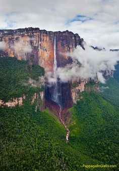 """Il Salto Angel – la cascata più alta del mondo. Il Salto Angel è la cascata più alta del mondo (979 metri) si trova in Venezuela, con un tratto di caduta ininterrotta dell'acqua di 807 metri. Il nome viene dal suo scopritore, il pilota americano, Jimmy Angel. Gli indigeni la chiamavano """"Parakupa-vena"""" o """"Kerepakupai merú"""" ed era considerata insieme alla montagna un luogo sacro. La cascata si trova nel cuore della foresta amazzonica dello Stato di Bolívar."""