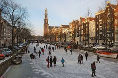Schaatsen op de Amsterdamse grachten, omdat we met z'n allen ervoor gaan zorgen dat de temperatuur weer naar normaal gaat!
