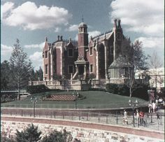 Walt Disney World Haunted Mansion I wish it still look like this. All the new walk ways distract from the building itself. Disney Parks, Walt Disney World, Disney Pixar, Mundo Walt Disney, Retro Disney, Disney Rides, Old Disney, Disney Fun, Disney Magic