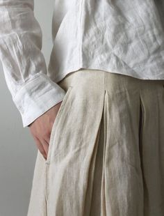 Leporello///////Oh man, there is something magical about inverted skirt pleats....they make you walk a whole different way....like a striding or big moving....LOVE this oatmeal linen skirt, fabulous!