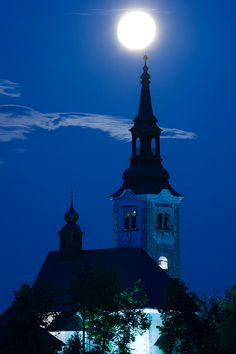 Supermoon Over Bled Island Church, Lake Bled, Slovenia ☼ =☽ – – ☼ =☽ Beautiful Moon, Beautiful Islands, Beautiful Places, Espanto, Moon Photos, Lake Bled, Good Night Moon, Super Moon, Place Of Worship
