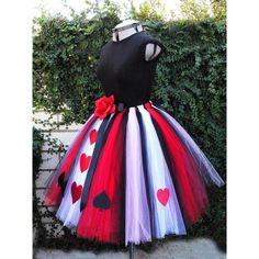 Halloween party outfits ideas Off with their heads! The Queen of Hearts is the classic villain from Alice in Wonderland. She is easy to anger, but is loved by her fans. She is a favorite character for a costume party or a Halloween character outfit. Halloween Karneval, Halloween Kostüm, Diy Halloween Costumes, Holidays Halloween, Couple Halloween, Homemade Halloween, Group Halloween, Halloween Dress, Halloween Costume Ideas For Adults