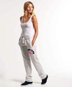 ¡Cómpralo ya!. Pantalones de jogging Applique Slim. Pantalones de jogging Applique Slim de Superdry para mujer. Un par de pantalones de jogging ajustados con bajos sin terminar, con cordón corredizo en la cintura, dos bolsillos delanteros y otro trasero. Se completan con una aplicación y un bordado en el muslo. La modelo lleva: talla SAltura de la modelo: 1,75 m , pantalónjogger, joggers, jogging, joggingbásico, joggingculotte, joggings, jog, jogger. Pantalón jogger  de mujer color gri...