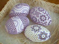 Husto vŕtané husacie kraslice, vajíčka si môžete objednať aj jednotlivo stačí mi napísať do pošty a dohodneme sa. Tieto kraslice sú už predané môžem vyrobiť podobné. Cena je za celú sadu.