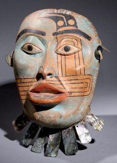 * Masque mortuaire de femme Tlingit. Réalisé par Maurice G. Dérumaux en 1965-75. Copie d'un masque Tlingit qui représente l'esprit d'une vieille femme de haut rang. Il peut s'agir d'un masque mortuaire. La lèvre inférieure est ornée d'un labret incustré d'abalone. Les peintures du visage indiquent une affiliation clanique.. Bois, abalone (labret, pendants d'oreilles et collier), peinture, lanière de peau, corde