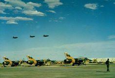 Buccaneers is oppad om kak te gaan maak anderkant die kaplyn Blackburn Buccaneer, South African Air Force, My Land, Air Show, African History, Armed Forces, Military Aircraft, Soldiers, Aviation