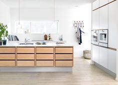 Cuno-skuffen fra JKE er indbegrebet af godt håndværk, lækre materialer og formet i den nordiske designtradition. Sammensæt træskuffen med vores Multifront i massiv træ, som skaber en flot mørk kontrast, eller dan et lyst og naturligt udtryk med en stilren hvidlakeret front. Brug den som udvendig skuffe i en køkkenø, eller vælg den som indvendig skuffe, for at opnå et lækkert køkken, i veludført design fra inderst til yderst.  #Nordic #Kitchen #Design Nordic Design, Küchen Design, House Design, Nordic Kitchen, New Kitchen, Exterior Design, Interior And Exterior, Double Vanity, Wood