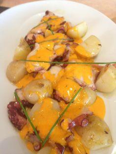 A esta hora ya empezamos a tener apetito. Hoy os recomendamos un Pulpo frito con patatas baby y ali-oli de pimentón!