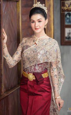 Traditional Thai Clothing, Traditional Fashion, Traditional Outfits, Cambodian Wedding Dress, Khmer Wedding, Cute Asian Girls, Beautiful Asian Girls, Beautiful Christina, Cambodian Women