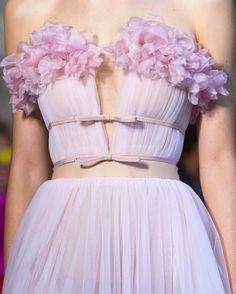 """Polubienia: 24.9 tys., komentarze: 69 – Loving Haute Couture (@lovinghautecouture) na Instagramie: """"#GiambattistaValli """""""