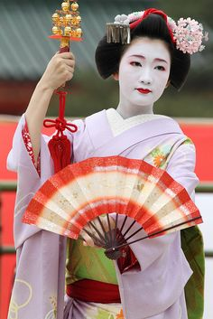 This maiko looks so elegant. I can't stop looking at her hand with the dance fan!