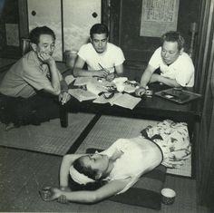 Acting meeting of the movie Nora inu 野良犬 (Stray dog) with from the left, Kurosawa Akira 黒澤明, Mifune Toshiro 三船敏郎 and Takashi Shimura 志村喬, actress Sengoku Noriko 千石規子 who is tired and lying down - Japan - 1949 Toshiro Mifune, Akira Film, Japan Kultur, Kurosawa Akira, Japanese Film, Film Inspiration, Japan Photo, Press Photo, Japanese Culture