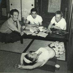 1949年(昭和24年)。映画「野良犬」の演技打ち合わせの風景。 左から黒沢明監督、主演の三船敏郎、志村喬で、疲れて寝転んでいるのは千石規子。