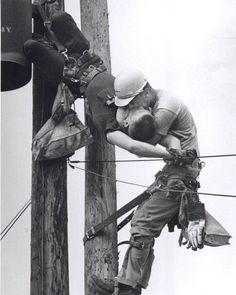 """Con esta foto Rocco Morabito ganó un Premio Pulitzer en 1968. Fue nombrada como """"El beso de la vida"""" por un editor del Jacksonville Journal, y apareció en los periódicos de todo el mundo en 1967. La foto mostraba un aprendiz de instalador de líneas eléctricas, RG Champion, que había entrado en contacto con una línea de 4.160 voltios, siendo resucitado por su compañero J.D. Thompson, mientras colgaba de la parte superior del poste. Champion vivió superando la terrible experiencia."""