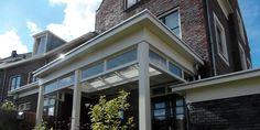 Het bouwen van de Klassieke Houten Veranda is ons expertise Modern Farmhouse Interiors, Enclosed Patio, Vestibule, Outdoor Gardens, Porch, New Homes, Home And Garden, Interior Design, Outdoor Decor