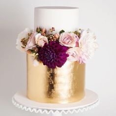 Wedding Cake Goals.  Sieht diese Torte nicht einfach unwiderstehlich aus? Der Mix aus Blattgold und der fuchsia Nelke finde ich unglaublich edel. Damit wir heute Abend auch alle süß träumen.... In diesem Sinne?... xx #happysunday & #goodnight #weddinginspiration #cakeinspiration #weddingcake #goldcake #blattgold #hochzeitstorte #luxuryweddings #weddingdesert #weddingcakeideas #goldwedding #flowerstagram #flowercake #whitegoldwedding #wedd #instawedding #hochzeit #sundaynight #letthemeatcake