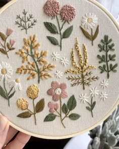 Hand Embroidery Patterns Free, Hand Embroidery Art, Embroidery Flowers Pattern, Simple Embroidery, Embroidery Kits, Machine Embroidery Designs, Hungarian Embroidery, Embroidery Hoops, Modern Embroidery