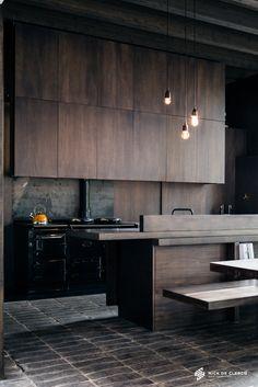 Cuisine moderne en bois sombre et chaleureux