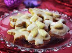 Ingredience: mouka pšeničná hladká 500 gramů, kypřící prášek do pečiva 1 lžička, cukr moučkový 120 gramů, med 100 gramů (tekutý), smetana na šlehání 100 mililitrů, máslo 120 gramů, koření 1 lžíce (mletá směs: zázvor, skořice, hřebíček), mouka (na vál), citronová poleva (na ozdobu), mandle (loupané, půlené, na ozdobu).