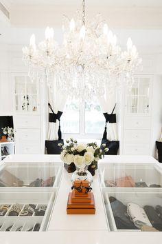 I ett vitt änglalikt spegelrum med havsutsikt i Dubai finns en unik modesamling som skulle få vilken fashionista som helst att dra en suck...