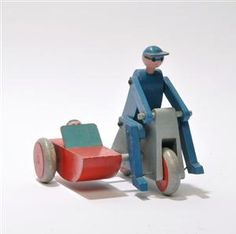 Lauritz.com - Toys and dolls - Kay Bojesen. Motorcycle with sidecar and figurines, painted wood - DK, Odense, Kratholmvej