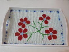 Resultado de imagen para bandeja em mosaico Mosaic Flowers, Mosaic Projects, Wine Bottle Crafts, Mosaic Art, Flower Pots, Tray, Stone, Home Decor, Lazy Susan
