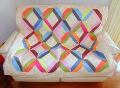 Manta/almofada em patchwork Os losangos - Faça esta peça no Maria Adna Ateliê - Endereço: Av. das Carinas, 739, Moema, São Paulo - Fones: 11-5042-0145 e 11-99672-8865 (WhatsApp), Email: ama.aulasevendas@gmail.com. Estacionamento próprio. FACEBOOK: https://www.facebook.com/MariaAdnaAtelie