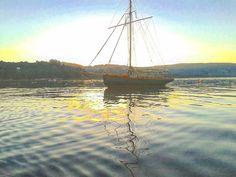 #sauntress #sailing #marinos #navegantes #sailors #tallagalega #carvings #woodcutting #woodwork #engrave #grabado #somosgalegos #landscape #estaes_galicia #estaes__spain #spain_gallery #galicia_mola #galiza #galiciamaxica ....quiteness...silence...tranquilidad...sosiego..silencio...Sauntress..gaffcutter..103 years old..square sail..top sail..beauty boat... de joseluisromansaavedra