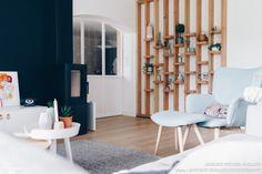 Le salon de cette maison relookée oscille entre ambiance scandinave et esprit pratique