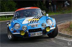 Renault Alpine A110 - Eifel Rallye Für die Herstellung der blauen Flunder (Renault Alpine A110) wurden zwei liegende Männer mit blauen Kunststoff übergossen und auf Räder gestellt - sagt die Legende...