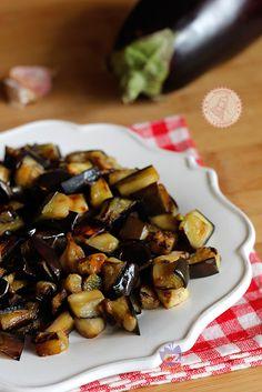 MELANZANE IN PADELLAIngredienti: 2 melanzane 1 spicchio di aglio olio extravergine di oliva sale 1 cucchiaino di aceto