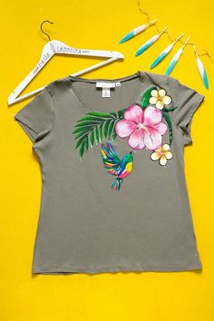 Hand painted Marsh Floral T-shirt with humming bird: Tropical Summer. Size XL is ready to ship! Dress Painting, T Shirt Painting, Fabric Painting, Fabric Art, Fabric Paint Shirt, Paint Shirts, Hand Painted Dress, Painted Clothes, Fabric Paint Designs
