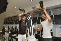 Scudetto Juventus, la squadra festeggia negli spogliatoi