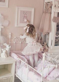 Kaunis pieni elämä: little girl's room with bunnies!