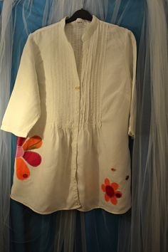 Čistě+bílá+lněná+recy+košile+Malířka+vel.46+Krásná+lněná+košile+Cara+doplněná+o+barevné+aplikace+květin.+Šířka+v+podpaží+2*60,+délka+87+cm...+100%+len.