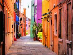 Burano, uma cidadezinha super colorida ao lado de Veneza, na Itália;