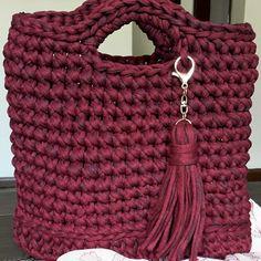 Bolsa de crochê feita com fio de malha.